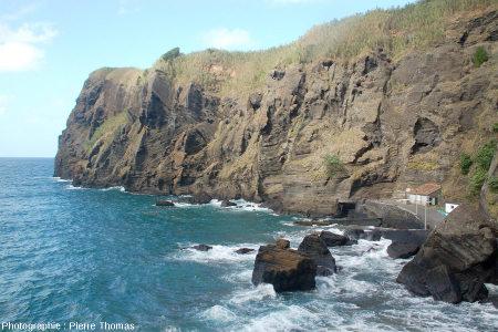 Les falaises du Porto de Capelas, île de Sao Miguel, Açores