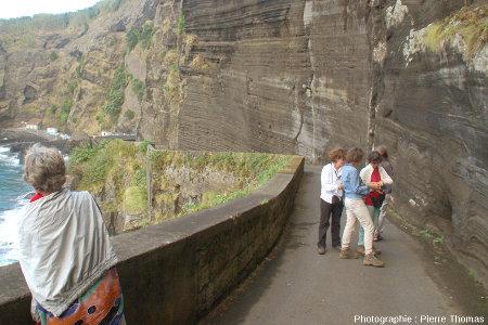 Enseignants de SVT observant les dépôts surtseyens et/ou phréato-magmatiques le long de la petite route descendant au port de Capelas, île de Sao Miguel, Açores