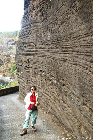 Enseignante de SVT observant les dépôts surtseyens et/ou phréato-magmatiques le long de la petite route descendant au port de Capelas, île de Sao Miguel, Açores