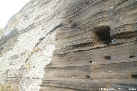 """Structures """"atypiques"""" visibles le long de la petite route descendant au port de Capelas, île de Sao Miguel, Açores"""