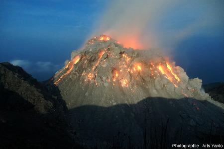 Le dôme du Paluweh (Indonésie) en cours de croissance, au clair de Lune, un petit matin du 2 décembre 2012, vu du Nord