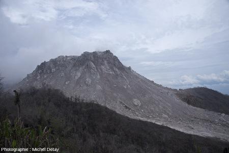 Le dôme du Paluweh (Indonésie), vu du Sud-Ouest, 2 mois plus tard, le 22 février 2013, vers midi heure locale