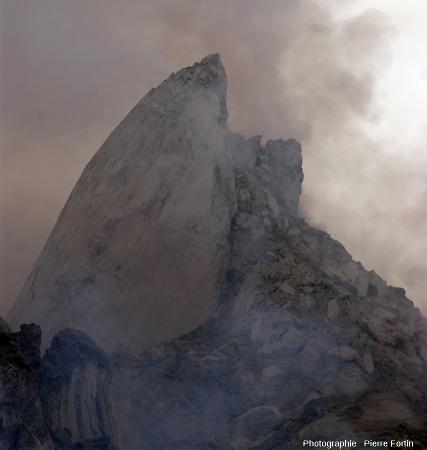 L'aiguille de lave photographiée le 15 décembre 2012 au sommet du Paluweh (Indonésie)
