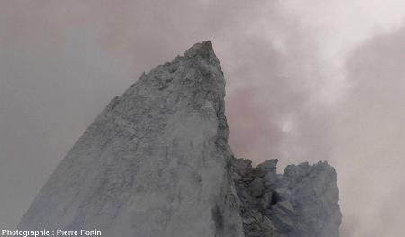 Pointe de l'aiguille de lave photographiée le 15 décembre 2012 au sommet du Paluweh (Indonésie)