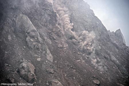 Zoom 3/4 sur un éboulement ayant eu lieu le 22 février 2013 sur les flancs du Paluweh (Indonésie)