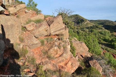 Un affleurement avec de belles surfaces d'érosions et figures de progradation dans le Rognacien de Provence-Languedoc