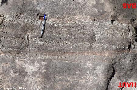 Deux belles couches (à l'envers) montrant des figures de progradation et limitées à leur partie supérieure par de belles surfaces d'érosion