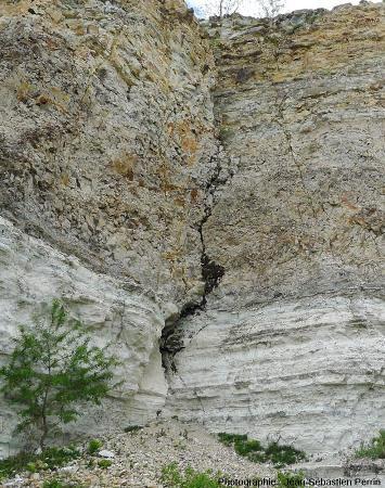 Une fracture du front de taille de la carrière de Cournon (flèche rouge sur la vue annotée)