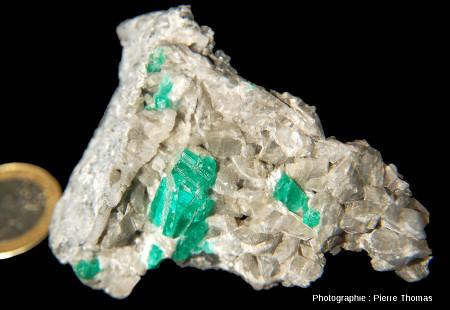 Échantillon colombien avec émeraude cristallisée au sein de calcite