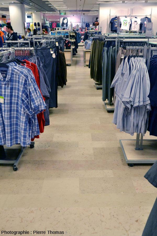 Allée dallée dans un grand magasin de vêtements dans le centre commercial de la Part-Dieu à Lyon