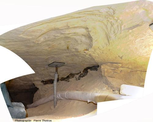 Mosaïque montrant autant que faire se peut le cadre des images précédentes dans une minière de silex de Spiennes (Belgique)