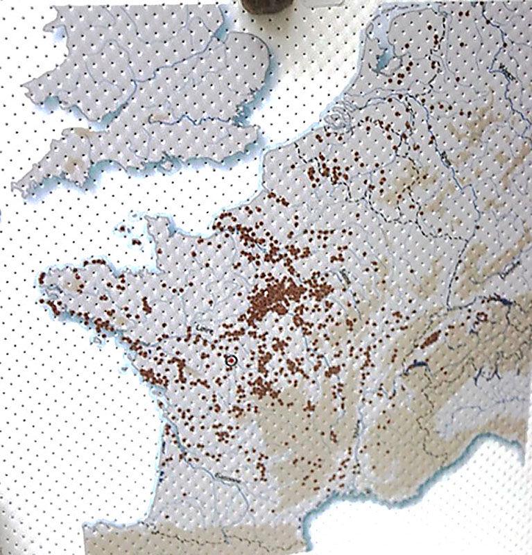 Carte de l'Europe de l'Ouest montrant les sites (points marron foncé) où ont été trouvés des lames ou des objets néolithiques en silex du Grand Pressigny