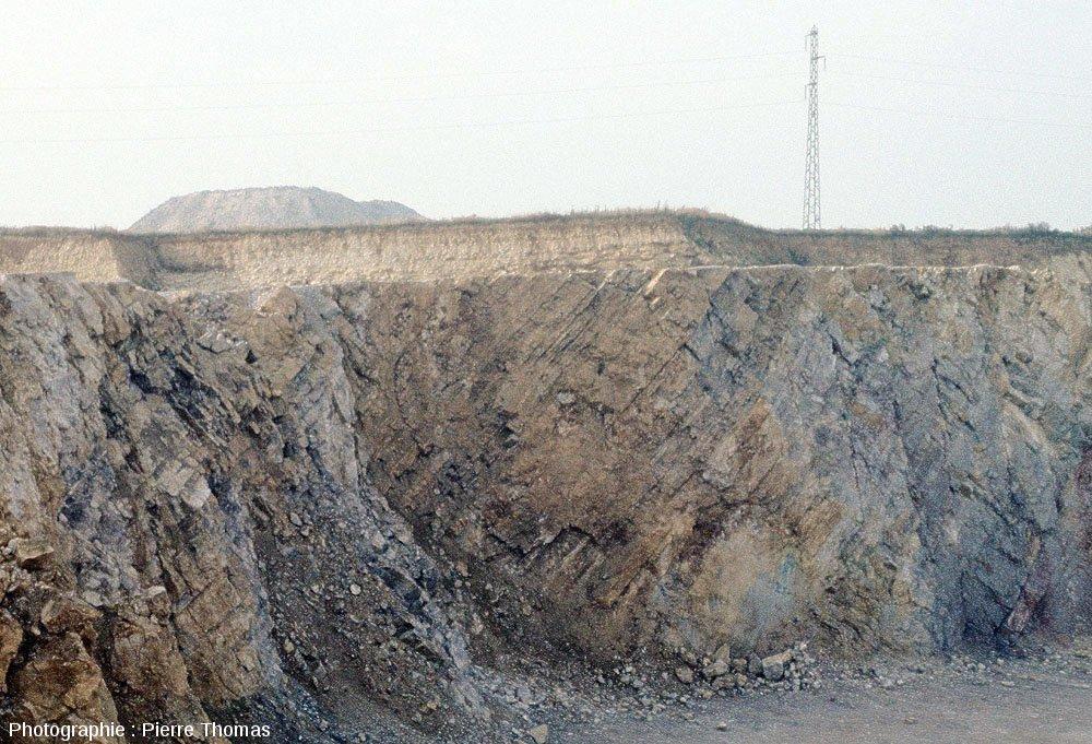 Discordance Jurassique / Carbonifère dans l'ancienne carrière des Moines, Sud-Ouest du massif du Boulonnais (Pas de Calais)