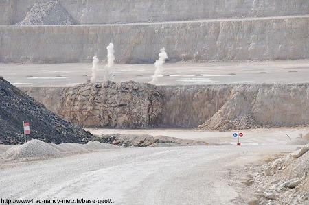 """""""Instantané"""" d'une explosion dans une exploitation de carrière par palier, ici, la carrière du Revoi (Pagny, Meuse) qui exploite des couches horizontales de calcaire du Jurassique supérieur de Lorraine"""
