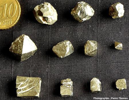 Cristaux de pyrite dodécaédriques (en haut), octaédriques (au centre) et cubiques (en bas)