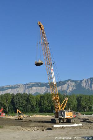 Une des deux grues et une des 3 masses chargées d'effectuer le tassement du sol sur le chantier de Villard-Bonnot (Isère) en juillet 2014