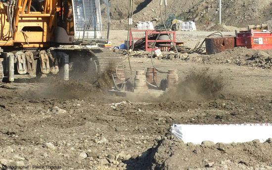 Instantané montrant la masse de 12 tonnes arrivant au sol