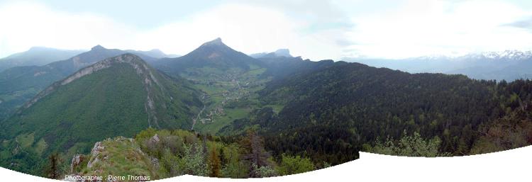 Panorama brut montrant l'anticlinal conforme de l'Écoutoux (à gauche), le synclinal perché du Chamechaude (au centre) et la partie NE de la corniche du Saint Eynard (à droite)