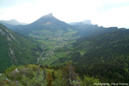 Vue, depuis le Mont Saint Eynard, du Chamechaude et de son synclinal perché