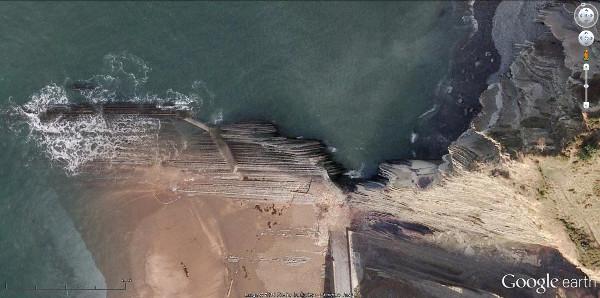 Vue aérienne verticale sur les affleurements de couches quasi verticales de Zumaia
