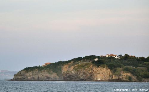 Vue générale sur le demi-anticlinal coffré de la Pointe de Sainte Barbe photographié depuis Ciboure (Pyrénées Atlantiques)