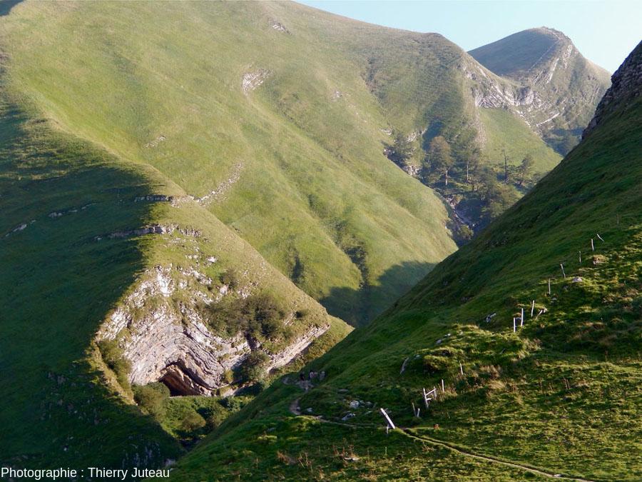 En s'approchant encore de la grotte d'Harpéa, Estérençuby (Pyrénées Atlantiques)