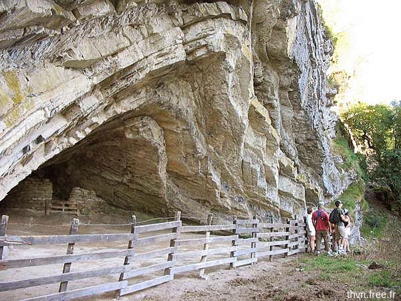 Détail sur les alternances marnes-calcaires de l'entrée de la grotte d'Harpéa