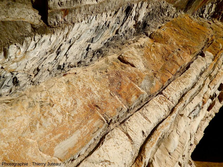 Zoom sur les alternances marno-calcaires de l'entrée de la grotte d'Harpéa, Estérençuby (Pyrénées Atlantiques)