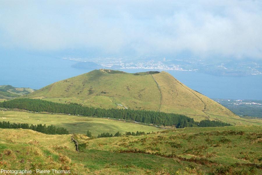 """Cône adventif à morphologie """"classique"""" sur le flanc Ouest du Pico (Açores), pente externe et pente du cratère voisines de 30-35°"""