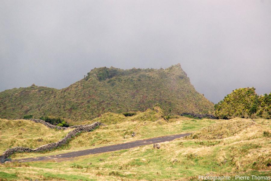 Vue globale sur la partie sommitale d'un cône adventif à bords raides, sur le flanc Ouest du Pico