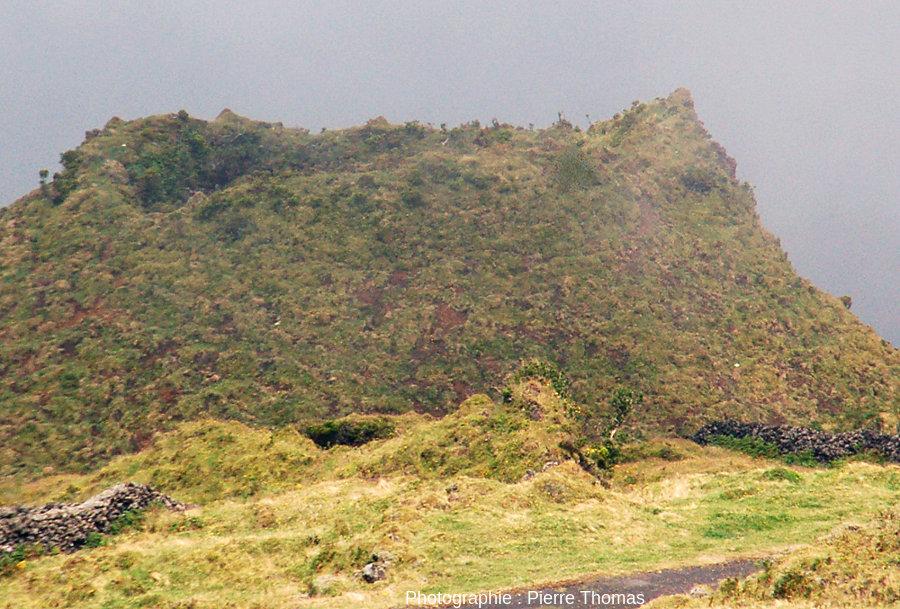 Zoom sur la partie sommitale d'un cône adventif à bords raides, sur le flanc Ouest du Pico