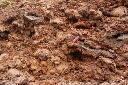 Scories du cône aménagé en corral, là où les éleveurs ont enlevé la végétation, le maigre sol et quelques décimètres de scories