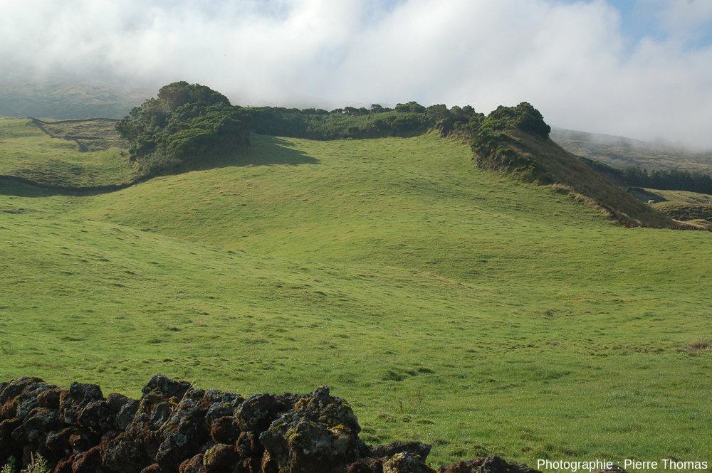 Vue sur un autre cône adventif du Pico (Açores), cône largement égueulé