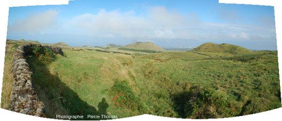 Panorama sur de nombreux cônes adventifs du flanc Ouest du Pico (Açores)