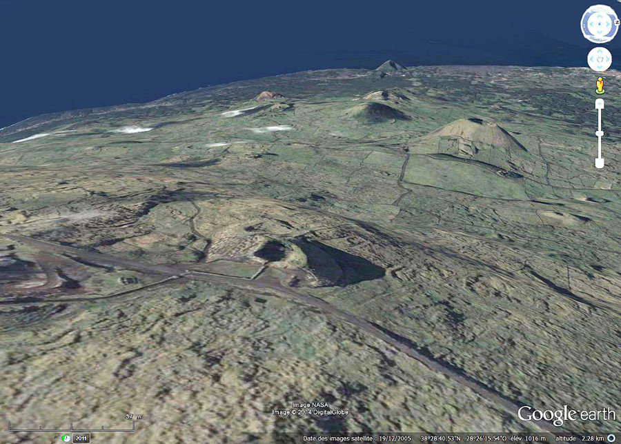 Vue d'une partie du champ de cônes adventifs sur le flanc Ouest du Pico (Açores)
