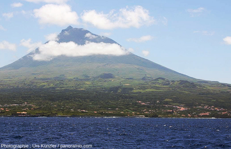 Le volcan Pico (2351m) et ses cônes adventifs situés à sa base vus depuis la mer