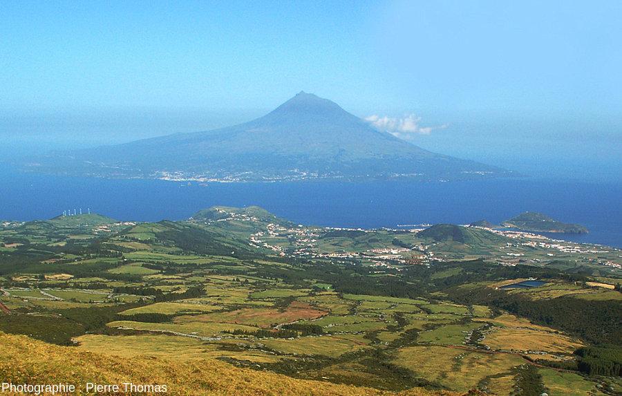 Une image rare: le Pico presque sans nuage vu depuis le sommet de l'île de Faial