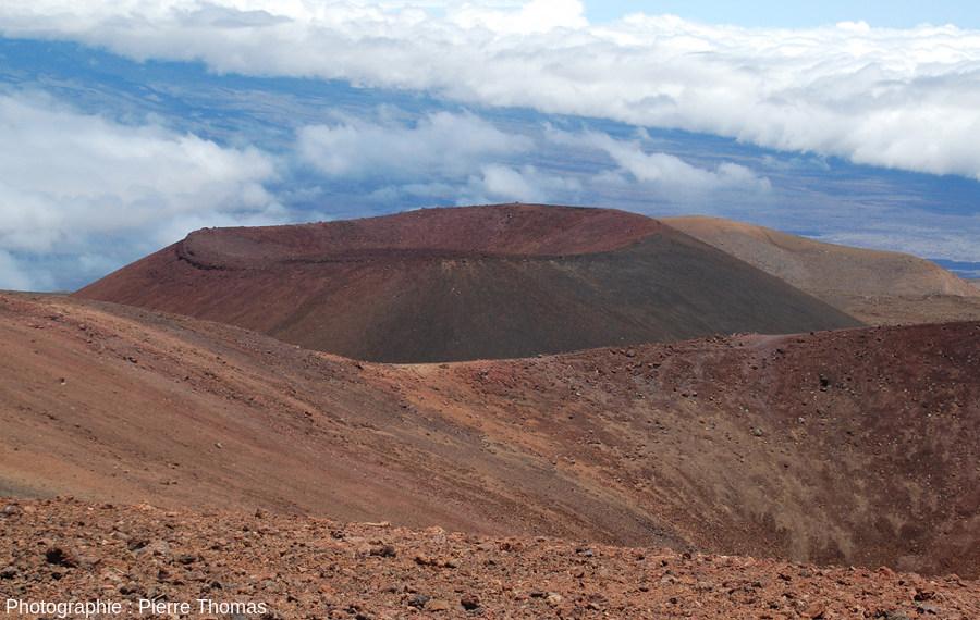Le cratère du cône volcanique du Puu Hau Kea photographié depuis la lèvre du cratère d'un cône de scorie voisin, le Puu Wakiu, le plus haut sommet de l'île