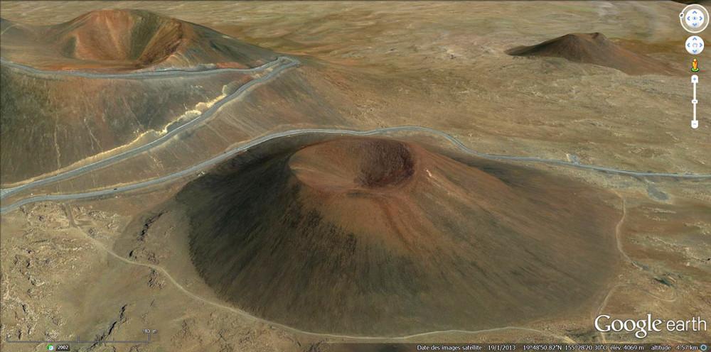 Vue oblique du Puu Hau Kea, montrant bien la régularité et la valeur des pentes internes et externes du volcan (30°), la petite taille relative du cratère...