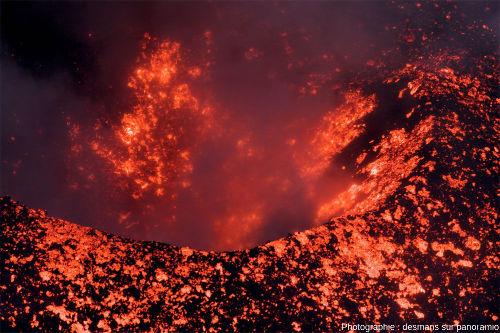 Zoom sur le cratère d'un petit cône de la partie sommitale du Stromboli montrant qu'il retombe au moins autant de scories dans le cratère qu'autour