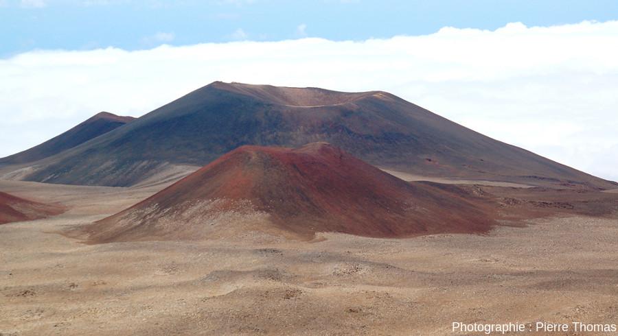 Deux cônes de scories dans la zone sommitale du Mauna Kea, respectivement à 2800 et 4700m au NE du sommet