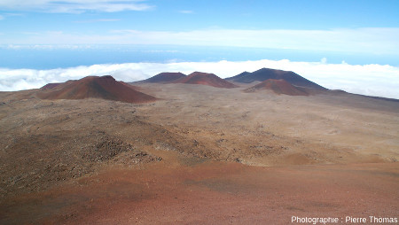 """Zoom arrière sur les cônes le groupe de cônes """"posés"""" sur la partie sommitale du Mauna Kea"""
