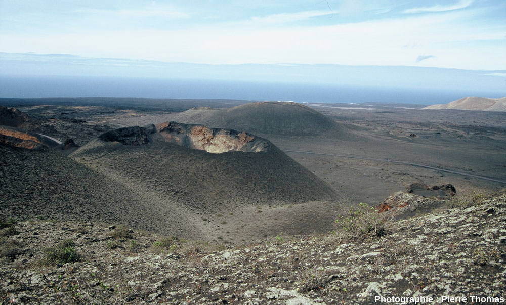 Vue générale sur le cratère d'un petit cône du Parc de Timanfaya (Lanzarote, Canaries)