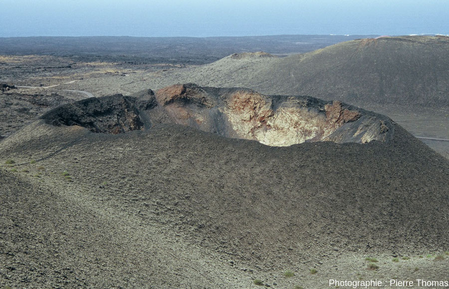 Vue rapprochée sur le cratère d'un petit cône du Parc de Timanfaya (Lanzarote, Canaries)
