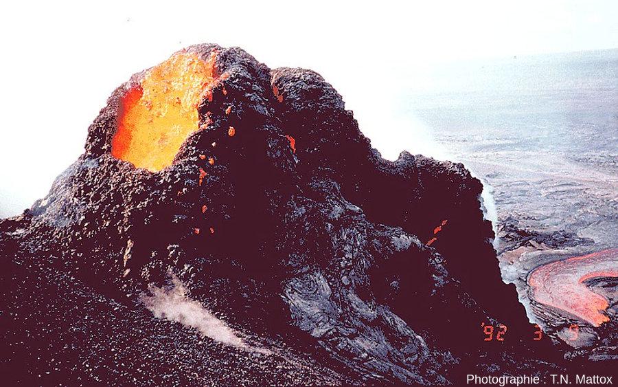 Spatter cone en cours d'édification en 1992 (3 mars) sur les flancs du Pu`u `O`o (Hawaï)