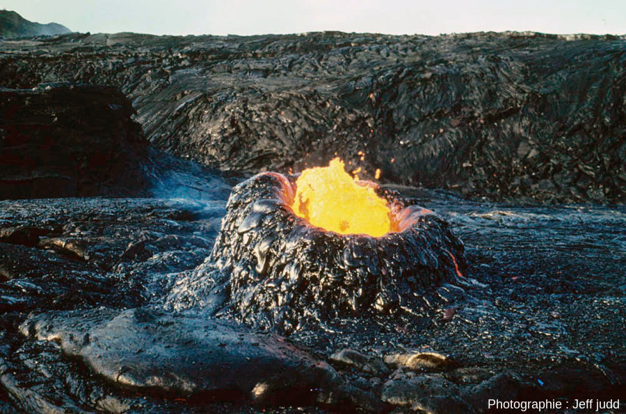 Spatter cone en cours d'édification en 1970 (20 mai) dans le cratère Aloi (Hawaï)
