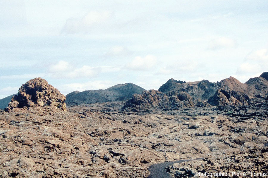 Alignement de quatre hornitos (on est en pays hispanophone) sur l'île de Lanzarote aux Canaries
