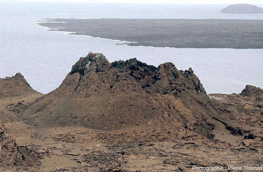 Gros plan sur un spatter cone de l'île de Barlome aux Galapagos