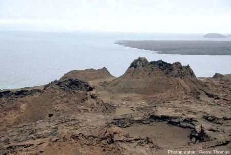 """Vue plus large d'un """"champ"""" de spatter cones sur l'île de Bartolome aux Galapagos"""
