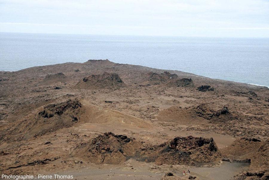 """Vue large d'un """"champ"""" de spatter cones sur l'île de Bartolome aux Galapago"""